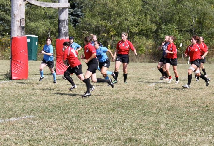 Inside Center Jane Sachs targets the try zone with wing Terri Russell in support.
