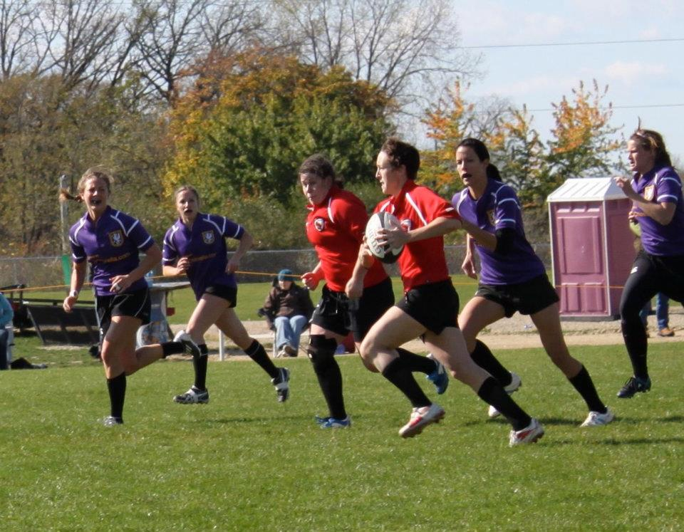 Wisconsin flyhalf and captain Meaghan White leads into a switch with Inside Center Jane Sachs.